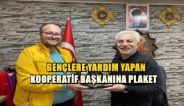 GENÇLERE YARDIM YAPAN KOOPERATİF BAŞKANINA PLAKET